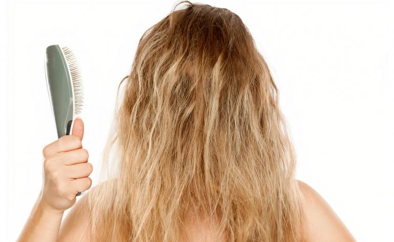 Doma el frizz de tu cabello con estos trucos.